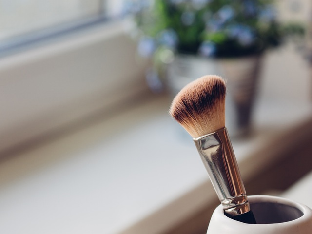 make-up-brush-window
